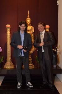 (b-j) Dóka Attila és Kautzky Armand az Aranymúzeum bejáratánál